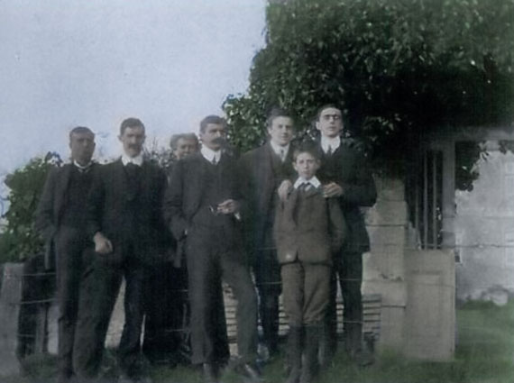 The Leeds family in 1906 showing Alfred Leeds (left), Mary Leeds (rear) and their five sons, left to right Edward Thurlow Leeds (1877-1955), Alexander Andrew Fergusson ('Fergie') Leeds (1876-1913), Lewis Alfred Leeds (1833 - 1918), Keith Ferrier Newzam Leeds (1894-1974)(front) and Charles Herbert Leeds (1878-1954). To the rear is Eyebury House.